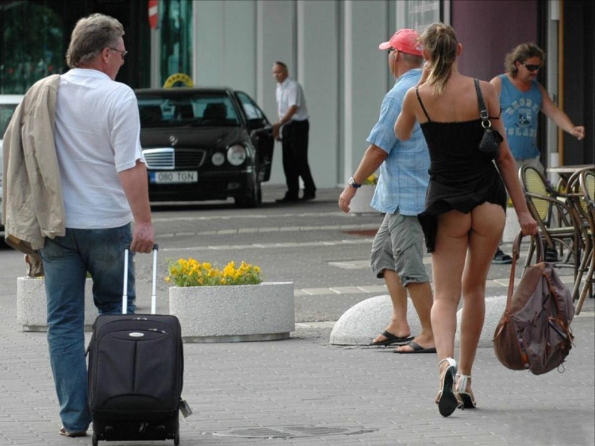 【海外ノーパンエロ画像】これは文化の違い!?海外でパンチラ撮ったらまさかのノーパン!