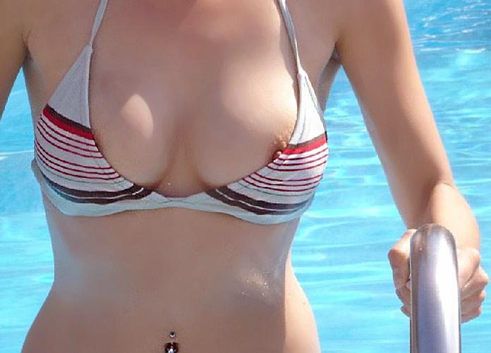 【水着ポロリエロ画像】不慮の事故!?水着でポロリしちゃった素人女性