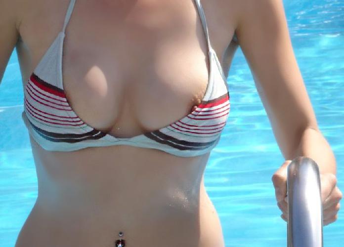 【水着ポロリエロ画像】不慮の事故!?水着でポロリしちゃった素人女性 31