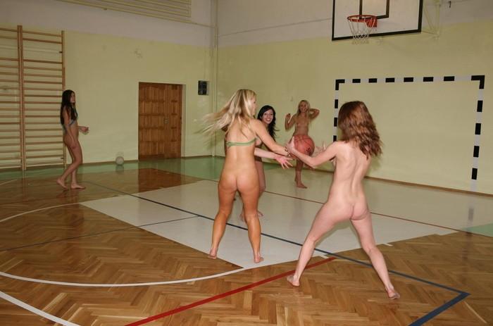 【全裸スポーツエロ画像】すっ裸でスポーツする海外女子!正気なのだろうかww 05