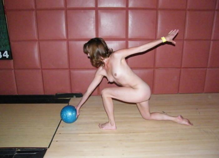 【全裸スポーツエロ画像】すっ裸でスポーツする海外女子!正気なのだろうかww 13