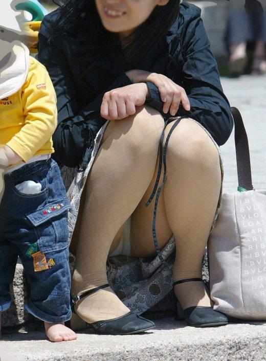 【子連れママエロ画像】育児に夢中で自己防衛がぜんぜんなってない子連れママ! 06