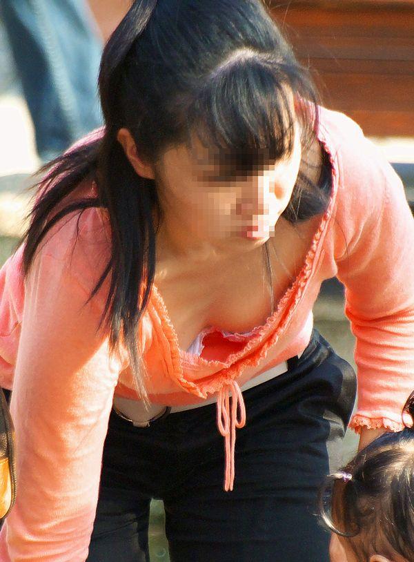 【子連れママエロ画像】育児に夢中で自己防衛がぜんぜんなってない子連れママ! 07