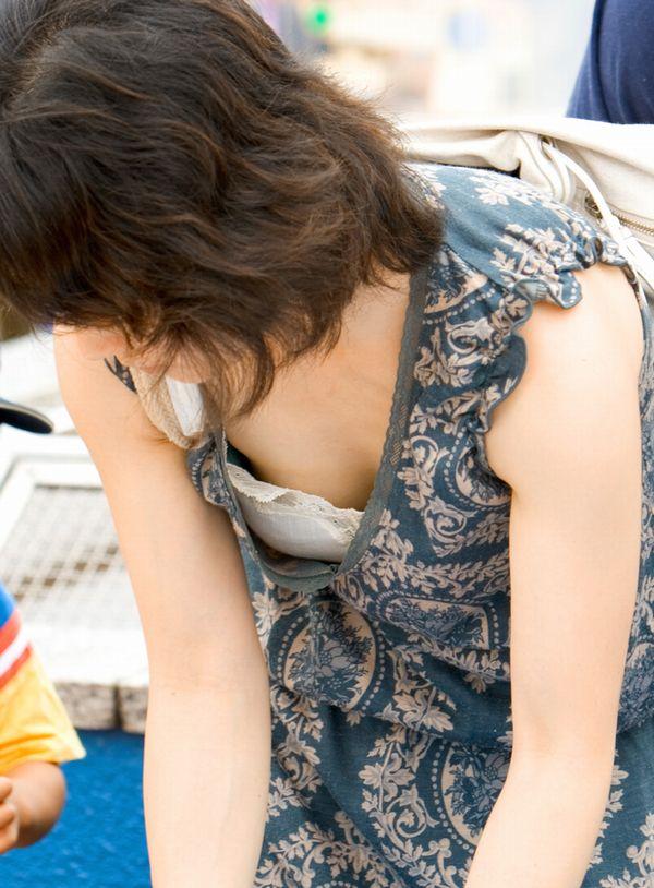 【子連れママエロ画像】育児に夢中で自己防衛がぜんぜんなってない子連れママ! 09