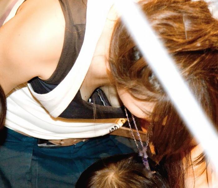 【子連れママエロ画像】育児に夢中で自己防衛がぜんぜんなってない子連れママ! 17