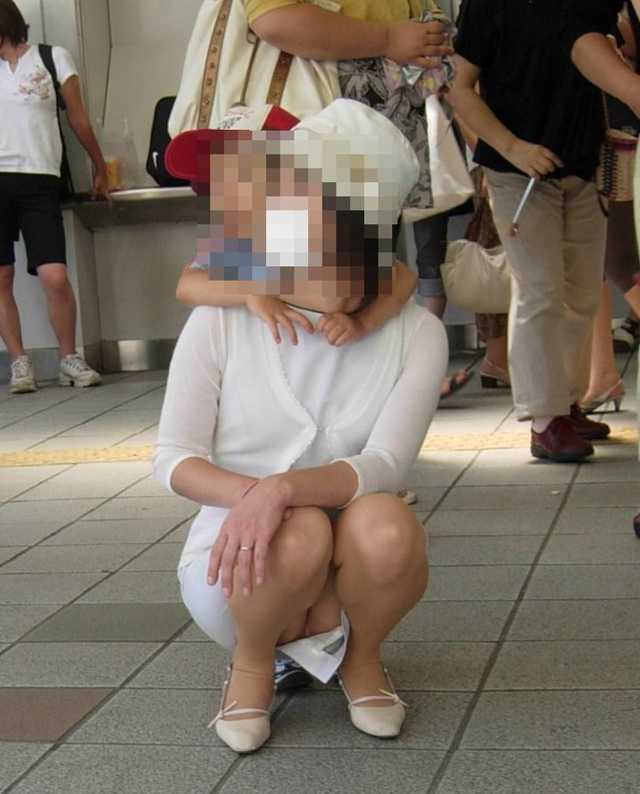 【子連れママエロ画像】育児に夢中で自己防衛がぜんぜんなってない子連れママ! 18