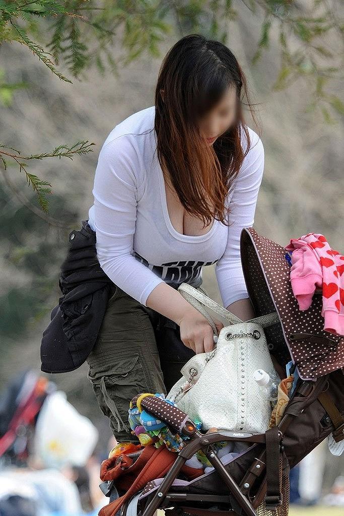 【子連れママエロ画像】育児に夢中で自己防衛がぜんぜんなってない子連れママ! 29
