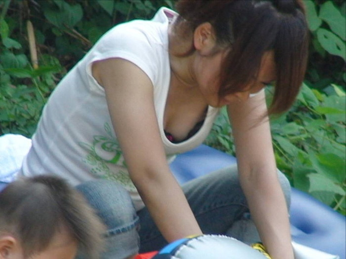 【子連れママエロ画像】育児に夢中で自己防衛がぜんぜんなってない子連れママ! 35