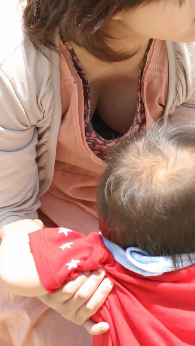 【子連れママエロ画像】育児に夢中で自己防衛がぜんぜんなってない子連れママ! 36