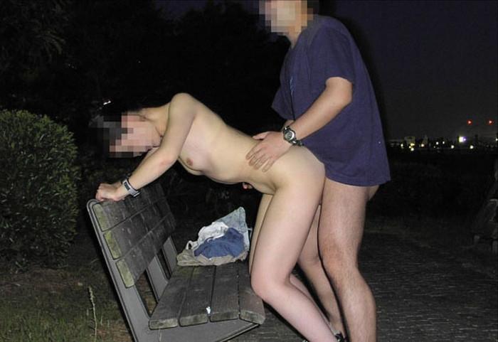 【野外セックスエロ画像】開放的な屋外で開放的なセックスを楽しむカップル! 04
