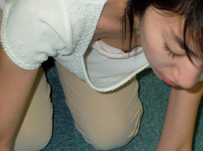 【胸チラエロ画像】これはチラリというレベルじゃない!乳首までが見えた胸チラ画像! 04