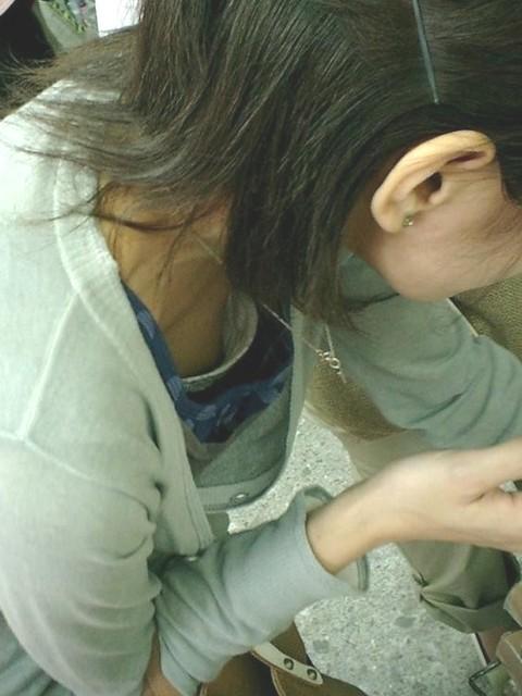 【胸チラエロ画像】これはチラリというレベルじゃない!乳首までが見えた胸チラ画像! 22