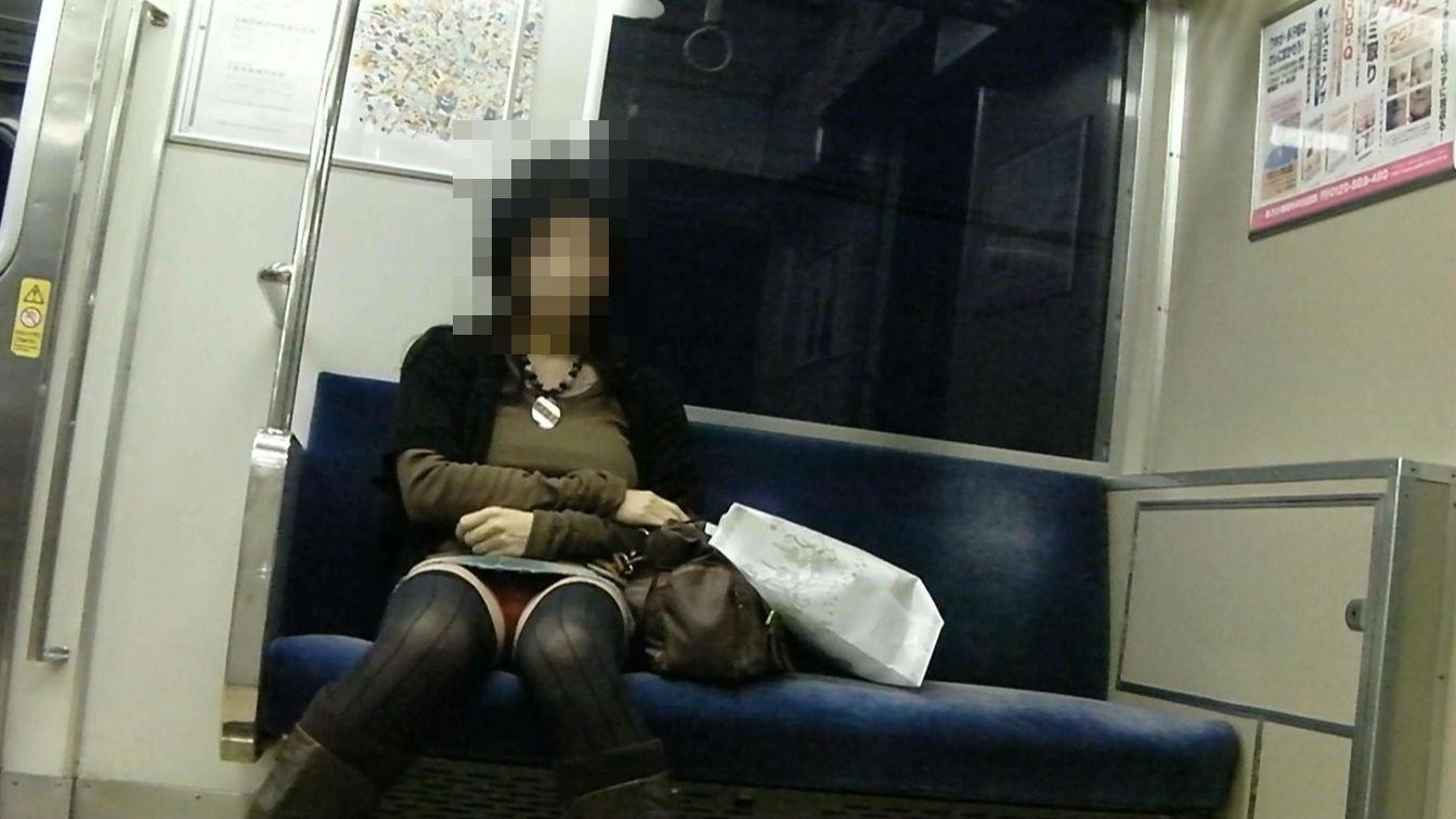 【対面パンチラエロ画像】対面に座った女の子のスカートの中身が気になって仕方ない!