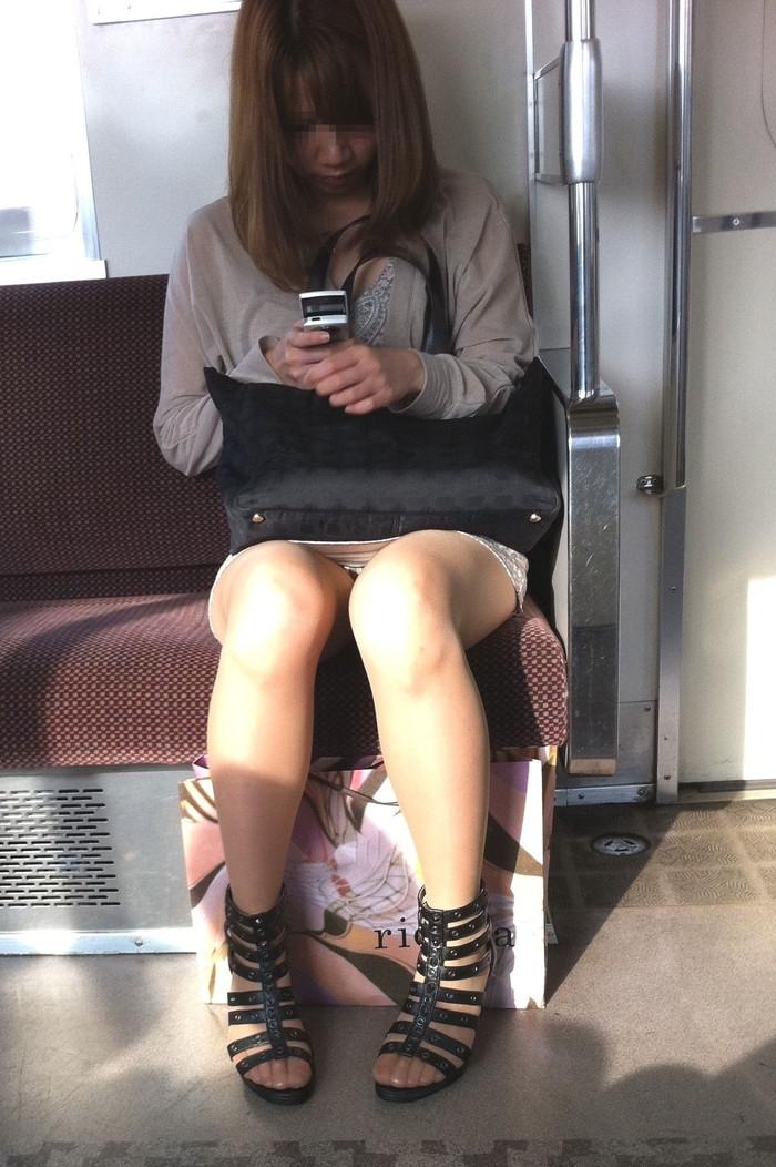 【対面パンチラエロ画像】対面に座った女の子のスカートの中身が気になって仕方ない! 03