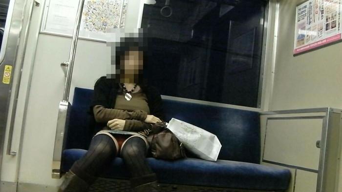 【対面パンチラエロ画像】対面に座った女の子のスカートの中身が気になって仕方ない! 11