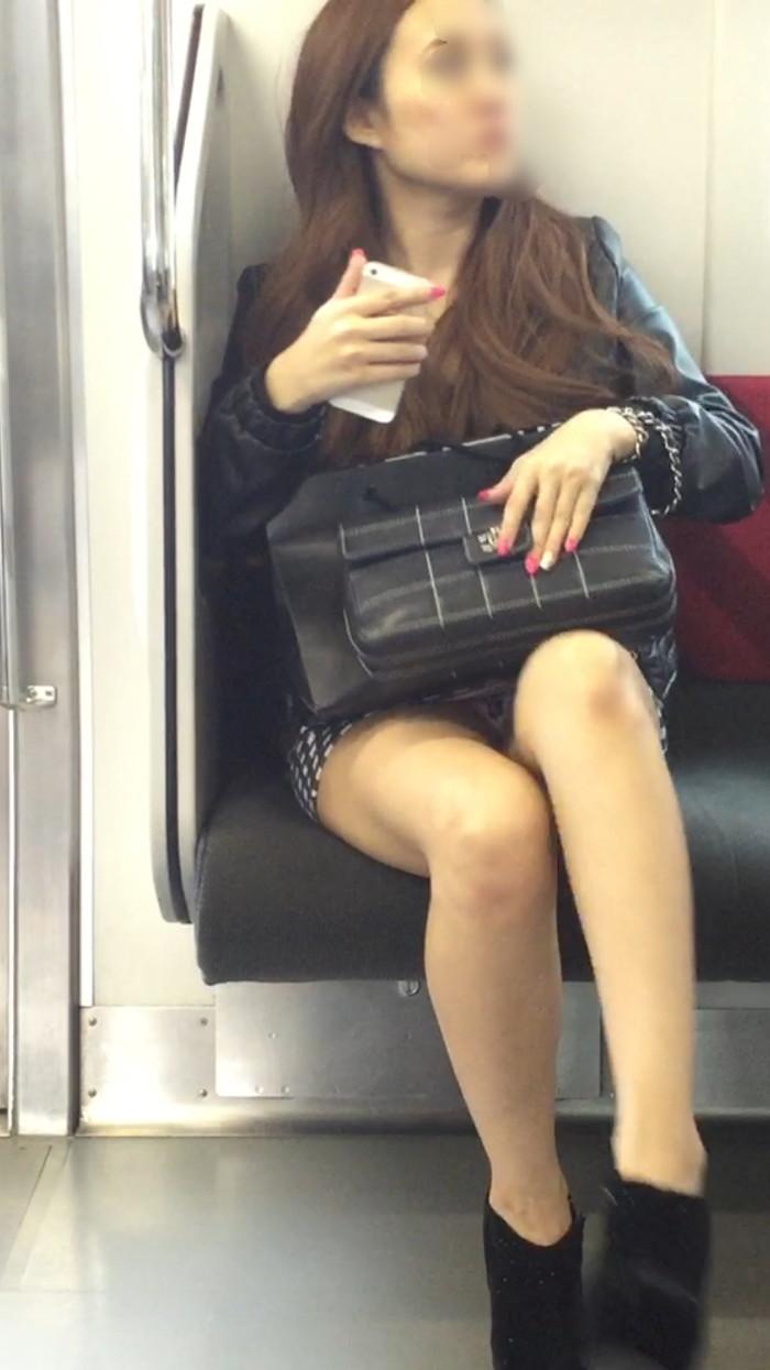 【対面パンチラエロ画像】対面に座った女の子のスカートの中身が気になって仕方ない! 13