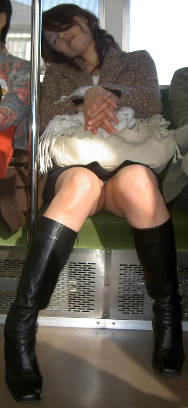 【対面パンチラエロ画像】対面に座った女の子のスカートの中身が気になって仕方ない! 20
