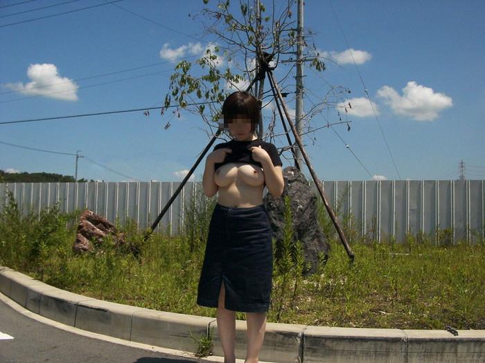 【野外露出エロ画像】屋外で気持ちのよい脱ぎっぷり!これが素人野外露出だ! 08