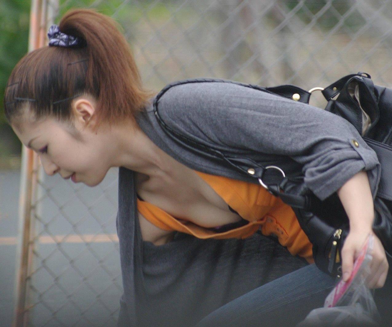 【街撮り胸チラエロ画像】街中で見かける偶然のエロハプニングがコチラww