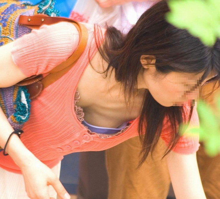 【街撮り胸チラエロ画像】街中で見かける偶然のエロハプニングがコチラww 13