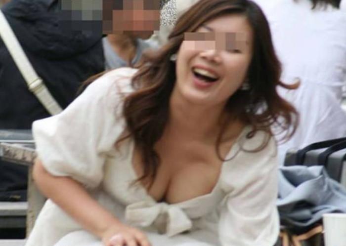 【街撮り胸チラエロ画像】街中で見かける偶然のエロハプニングがコチラww 17