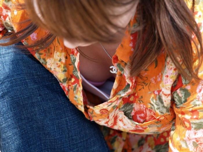 【街撮り胸チラエロ画像】街中で見かける偶然のエロハプニングがコチラww 25