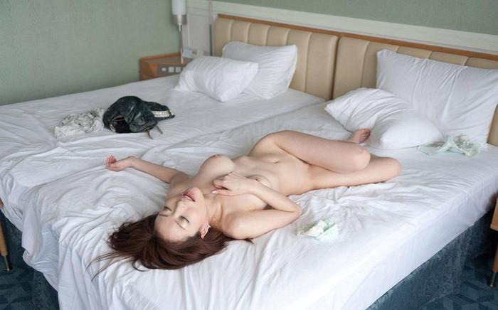 【SEX事後エロ画像】SEXを終えて心地よい疲労感の中、至福の表情を浮かべる女達 15