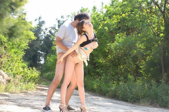 【青姦エロ画像】屋外で全裸になるという羞恥心も堪らない青姦セックス! 13