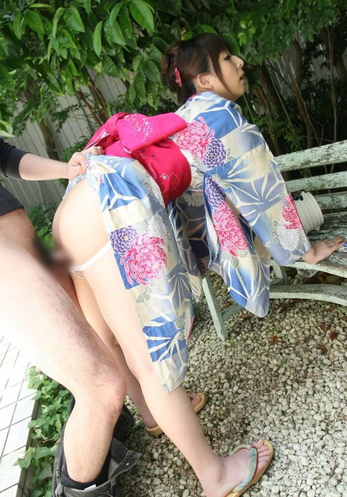 【青姦エロ画像】屋外で全裸になるという羞恥心も堪らない青姦セックス! 25