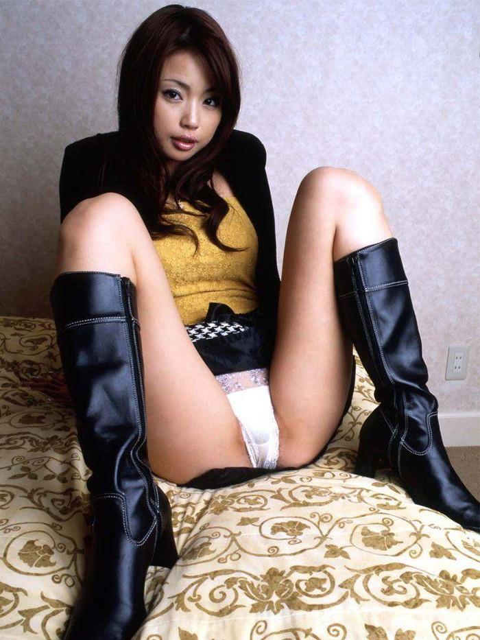 【M字開脚エロ画像】M字に開いた女の子の両足!股間見せつけの王道のポーズ! 22