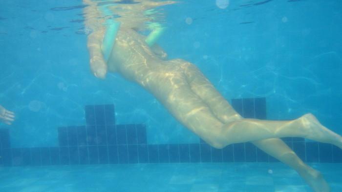 【水中露出エロ画像】辺りには悟られにくい、効果的な露出プレイがコチラww 07