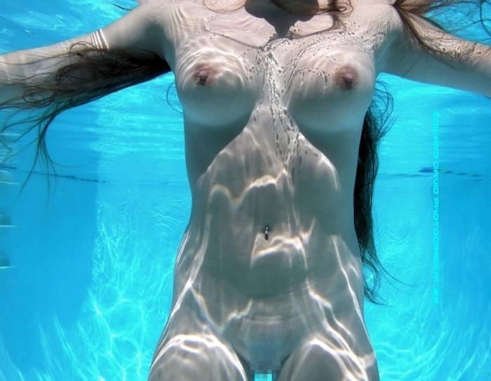 【水中露出エロ画像】辺りには悟られにくい、効果的な露出プレイがコチラww 10