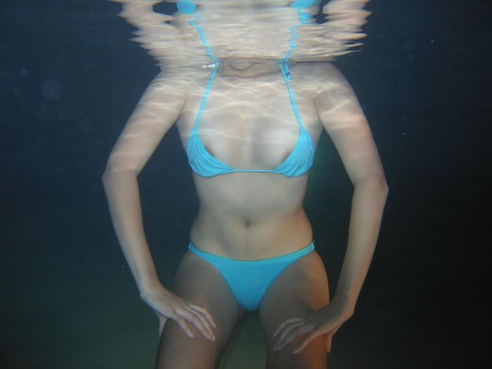 【水中露出エロ画像】辺りには悟られにくい、効果的な露出プレイがコチラww 18