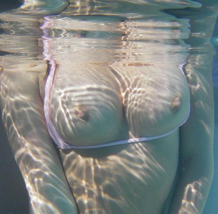 【水中露出エロ画像】辺りには悟られにくい、効果的な露出プレイがコチラww 22