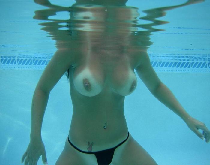 【水中露出エロ画像】辺りには悟られにくい、効果的な露出プレイがコチラww 23