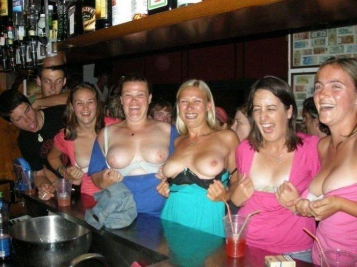 【海外悪ノリエロ画像】女の子達が悪ノリしてハメを外してしまったエロ画像 11