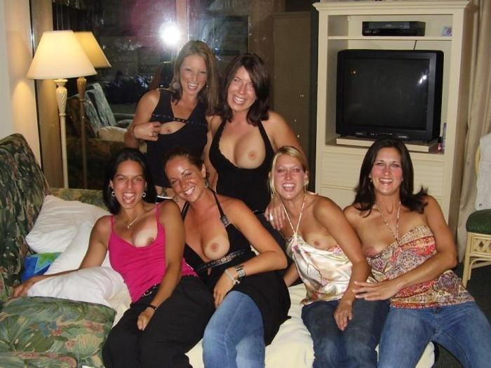 【海外悪ノリエロ画像】女の子達が悪ノリしてハメを外してしまったエロ画像 12
