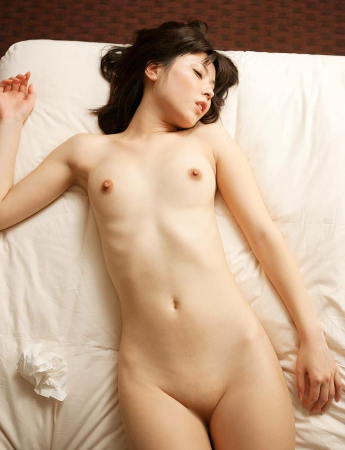 【パイパンエロ画像】ロリ必見!まるで少女!ツルツルに剃り上げたパイパンマンコ! 05