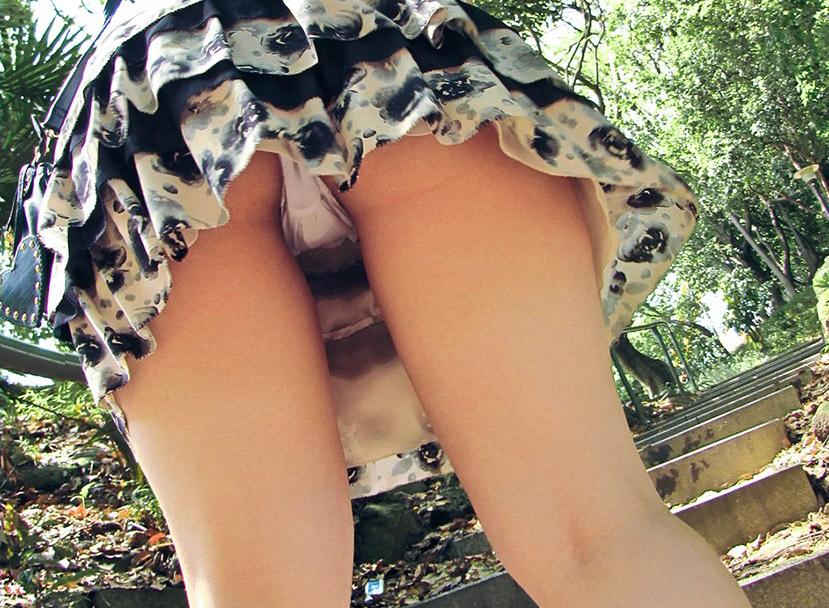【ローアングルエロ画像】ローアングルから狙ったパンチラが美しすぎるぞ!