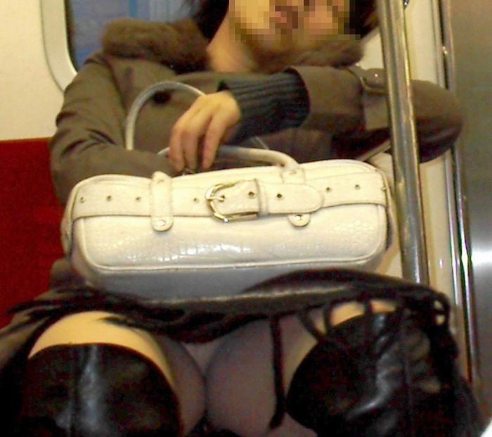 【対面パンチラエロ画像】対面に座った女の子のスカートの中身、見たいだろ!? 02