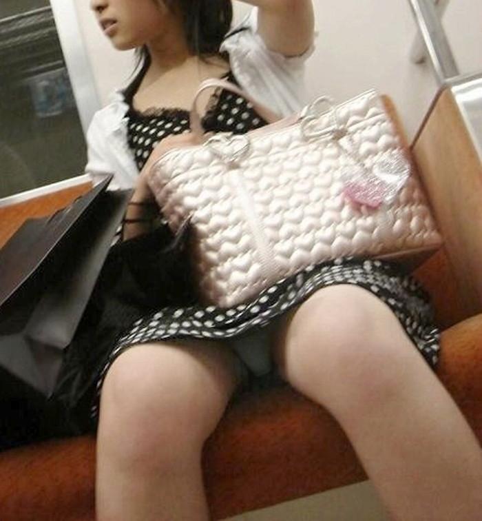 【対面パンチラエロ画像】対面に座った女の子のスカートの中身、見たいだろ!? 04