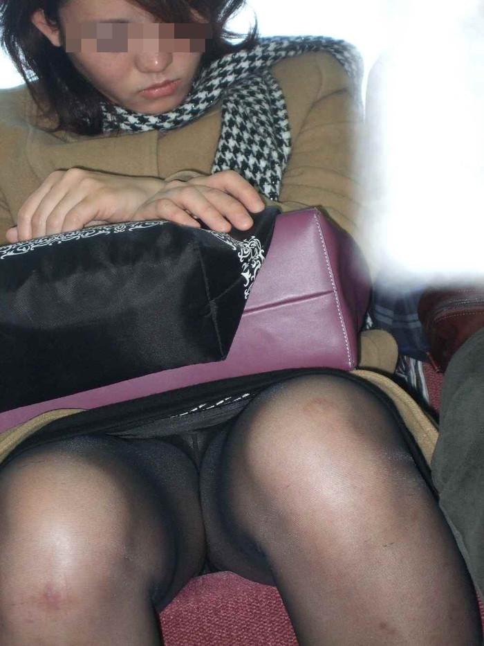 【対面パンチラエロ画像】対面に座った女の子のスカートの中身、見たいだろ!? 06