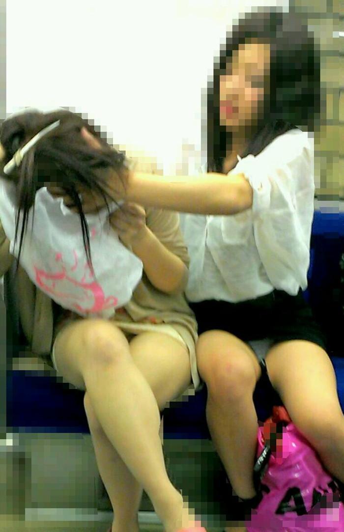 【対面パンチラエロ画像】対面に座った女の子のスカートの中身、見たいだろ!? 08