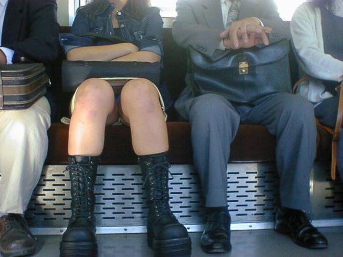【対面パンチラエロ画像】対面に座った女の子のスカートの中身、見たいだろ!? 11