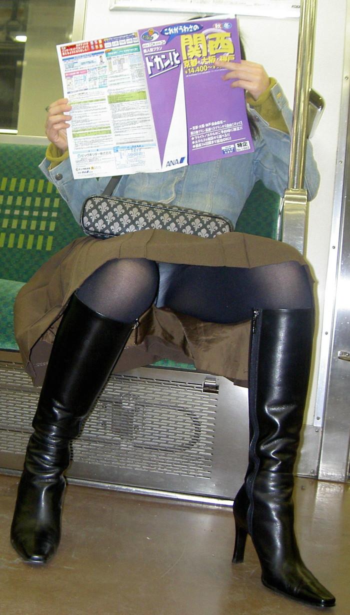 【対面パンチラエロ画像】対面に座った女の子のスカートの中身、見たいだろ!? 13