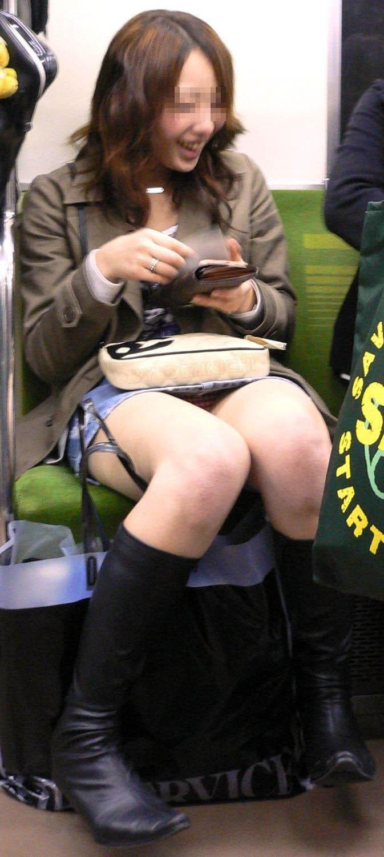 【対面パンチラエロ画像】対面に座った女の子のスカートの中身、見たいだろ!? 14