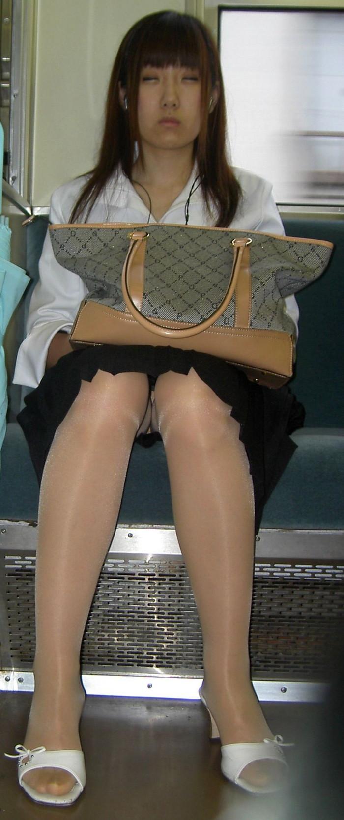 【対面パンチラエロ画像】対面に座った女の子のスカートの中身、見たいだろ!? 22