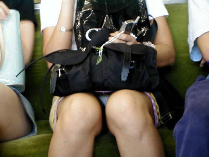 【対面パンチラエロ画像】対面に座った女の子のスカートの中身、見たいだろ!? 23