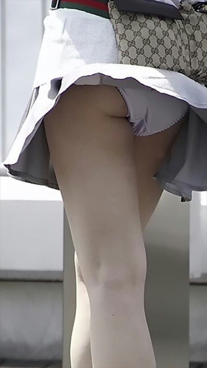 【パンチラエロ画像】風に翻ったスカートの中身を狙い撃ちしたったぜww 02