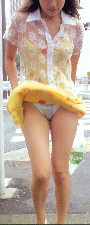 【パンチラエロ画像】風に翻ったスカートの中身を狙い撃ちしたったぜww 09